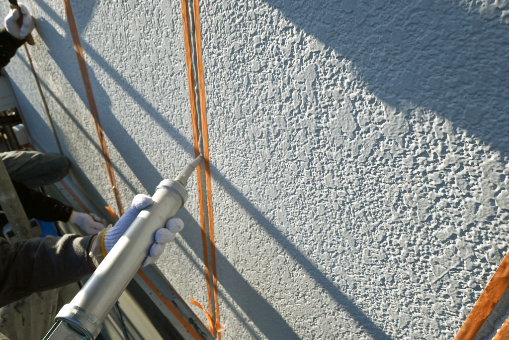 ALC外壁の目地にコーキング(シーリング)材を打設