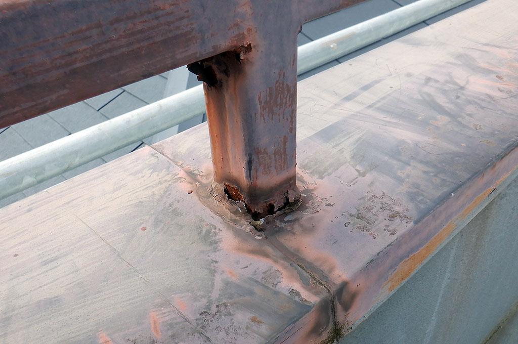 屋上の柵と笠木の写真