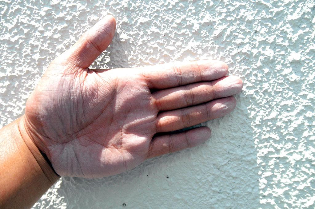 チョーキング現象とは手で触ると手にべったりと塗料の粉が付く状態