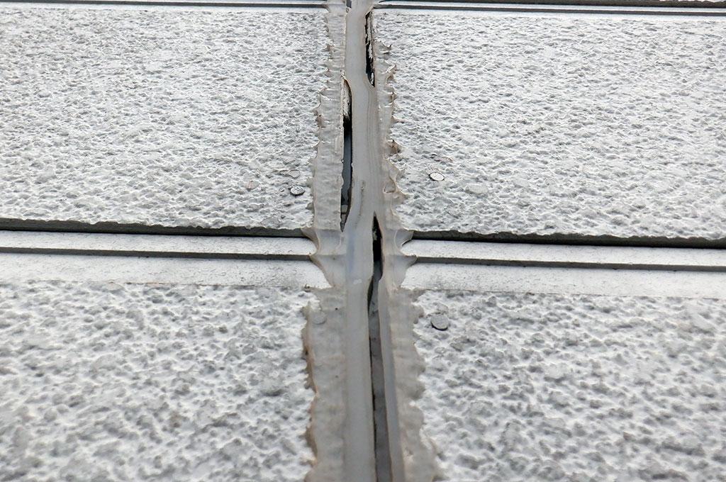 窯業系サイディングボードの目地にシリコン系のコーキング材を施工している失敗例