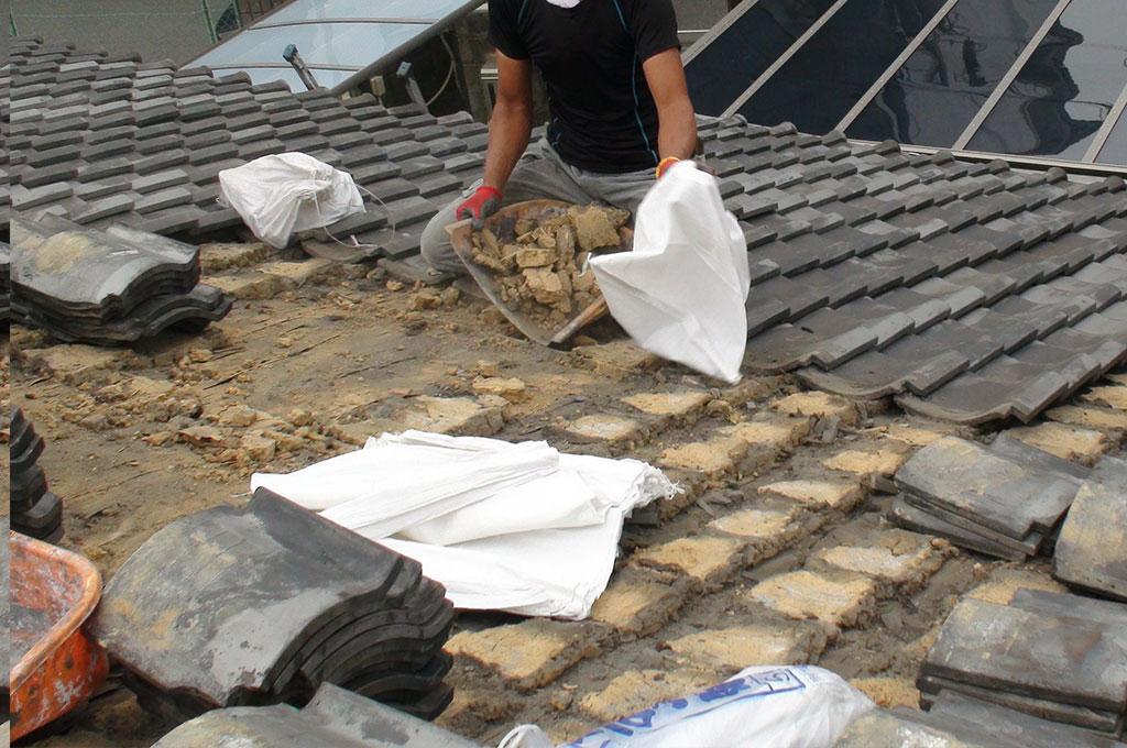 和瓦の葺き替え途中の瓦、土を撤去している写真