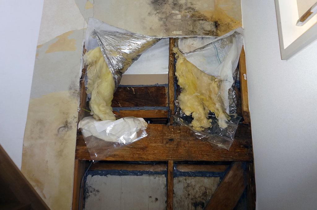 構造クラックからの、長年の漏水により、建物内部の柱などが腐食してしまった写真です。