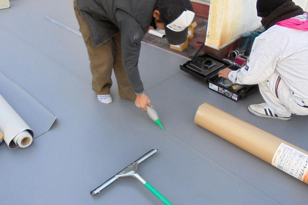 塩ビシート接合部分の端末溶着をキッチリと確認後、専用のシール材(Uシール)を塗っている