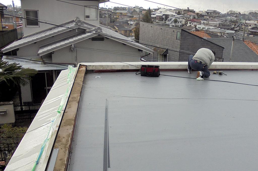 、屋上笠木板金を解体している写真
