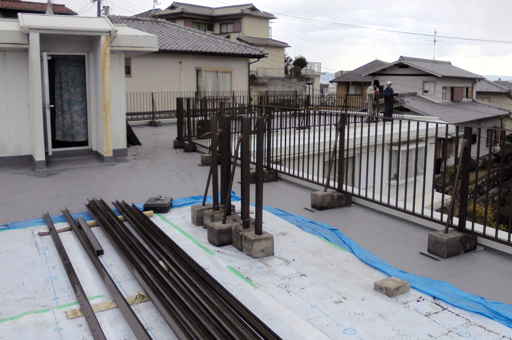 屋上柵を復旧している写真