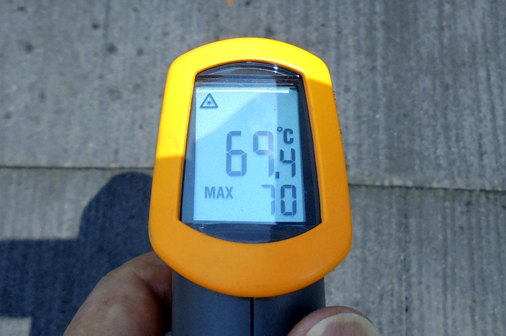 夏場のカラーベスト屋根は高温になります。